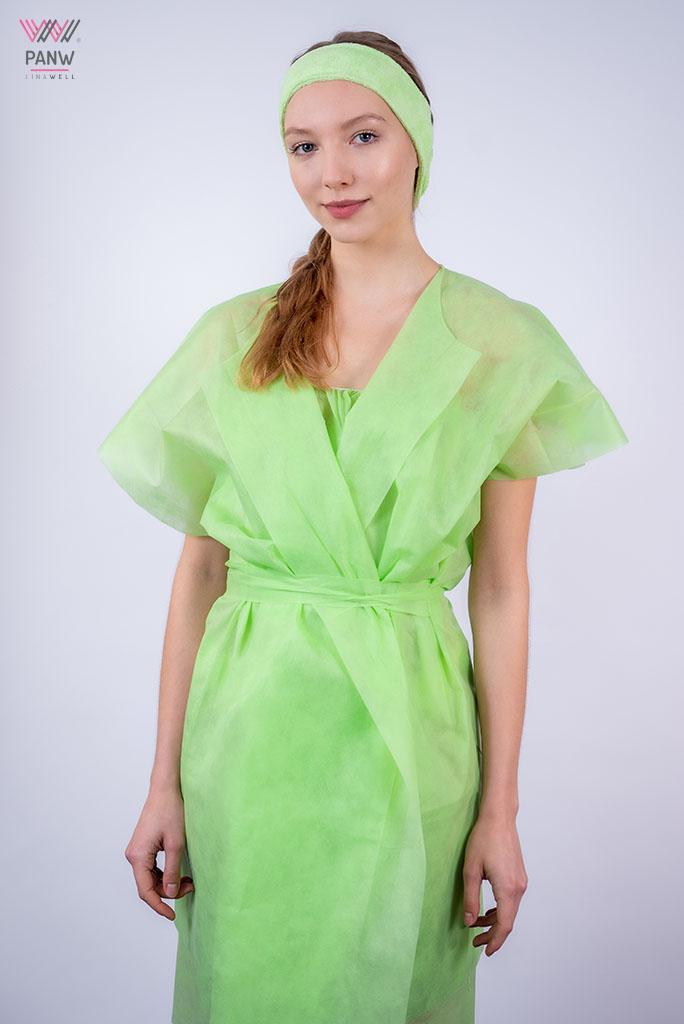 młoda kobieta jednorazowym zielonym szlafroku i opasce na włosy