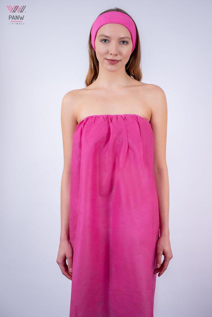 młoda kobieta w jednorazowej ciemnoróżowej różowej bieliźnie i opasce na włosy