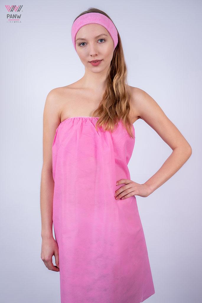 młoda kobieta w jednorazowej różowej bieliźnie i opasce na włosy