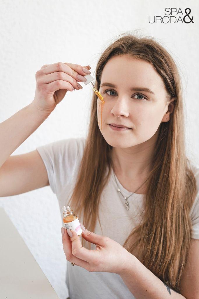 kobieta nakłada serum na twarz