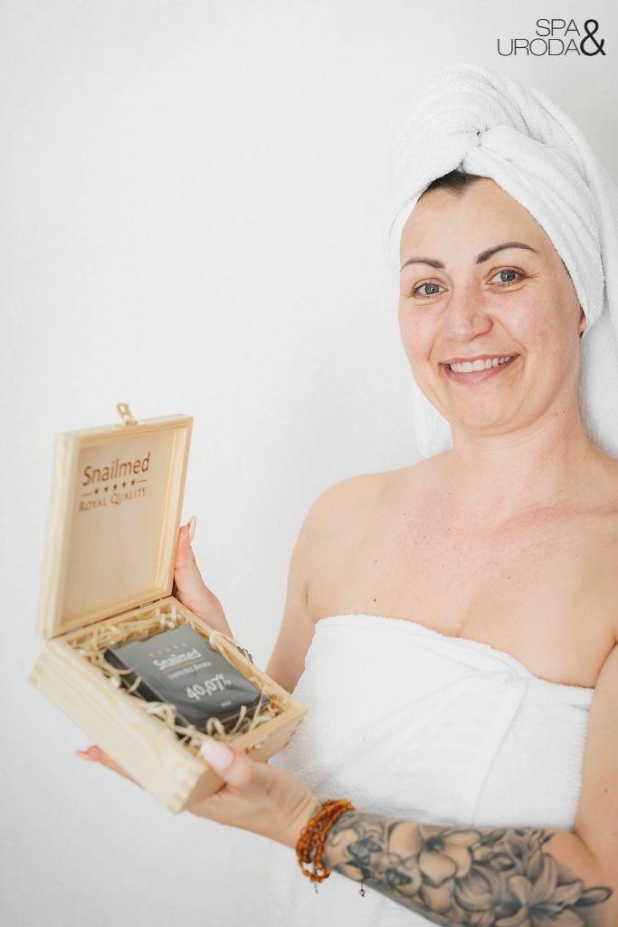 kobieta trzyma krem royal snailmed w drewnianej szkatułce