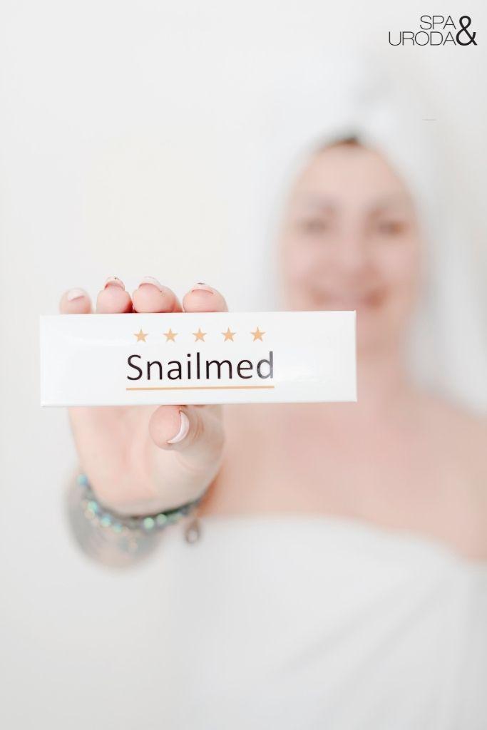 kobieta trzyma opakowanie snailmed