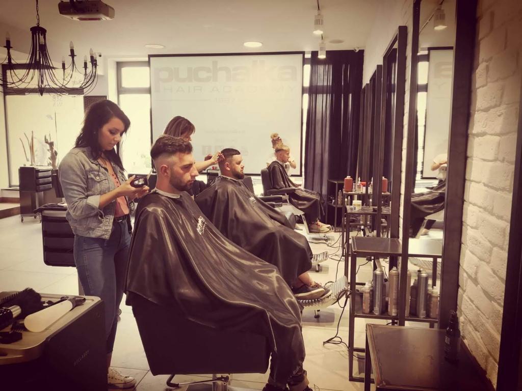 fryzjerki podczas pracy na szkoleniu