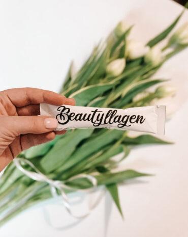 saszetka beautyllagen na tle tulipanów