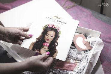 stylistka trzyma w rękach broszurę lena lashes