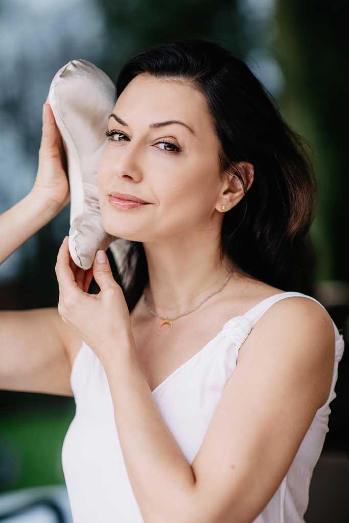 kobieta trzyma przy twarzy poduszkę przeciwzmarszczkową