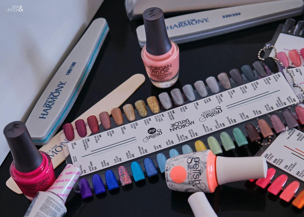 lakiery w odcieniach różu stojące wśród akcesoriów do manicure
