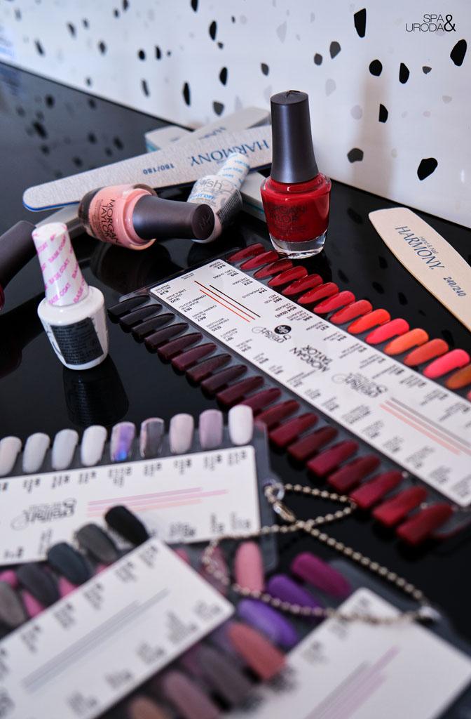 lakiery żelowe i próbniki z kolorami na stole