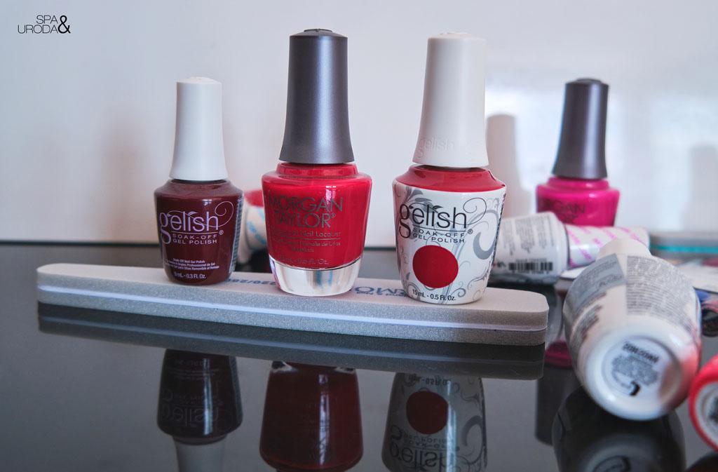 lakiery żelowe w odcieniach czerwieni stojące na pilniczku do paznokci