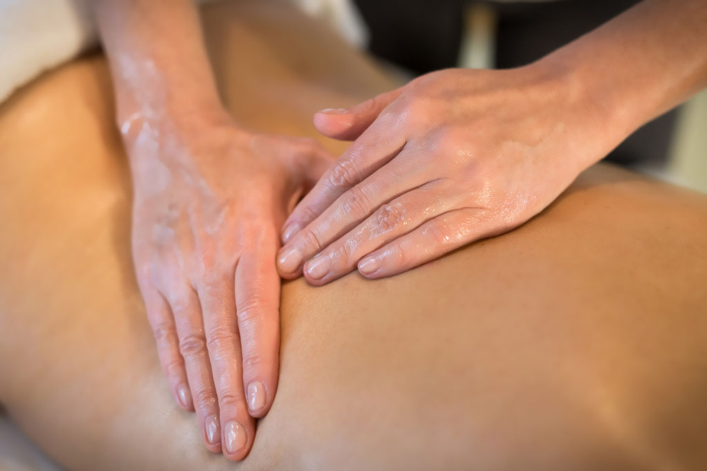 masażysta wykonuje masaż pleców