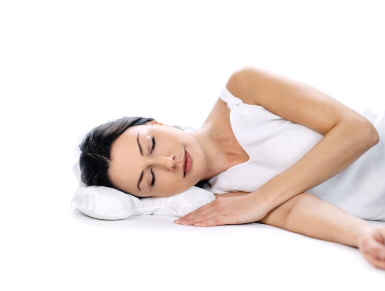 śpiąca kobieta na poduszce przeciwzmarszczkowej