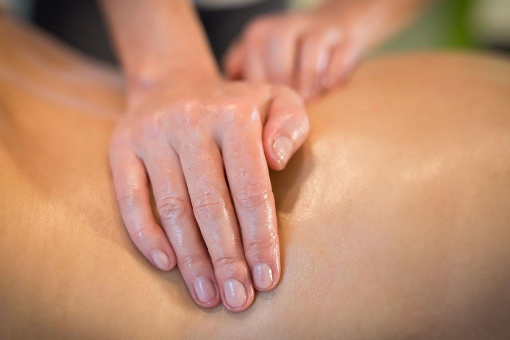 zbliżenie na dłonie masażysty