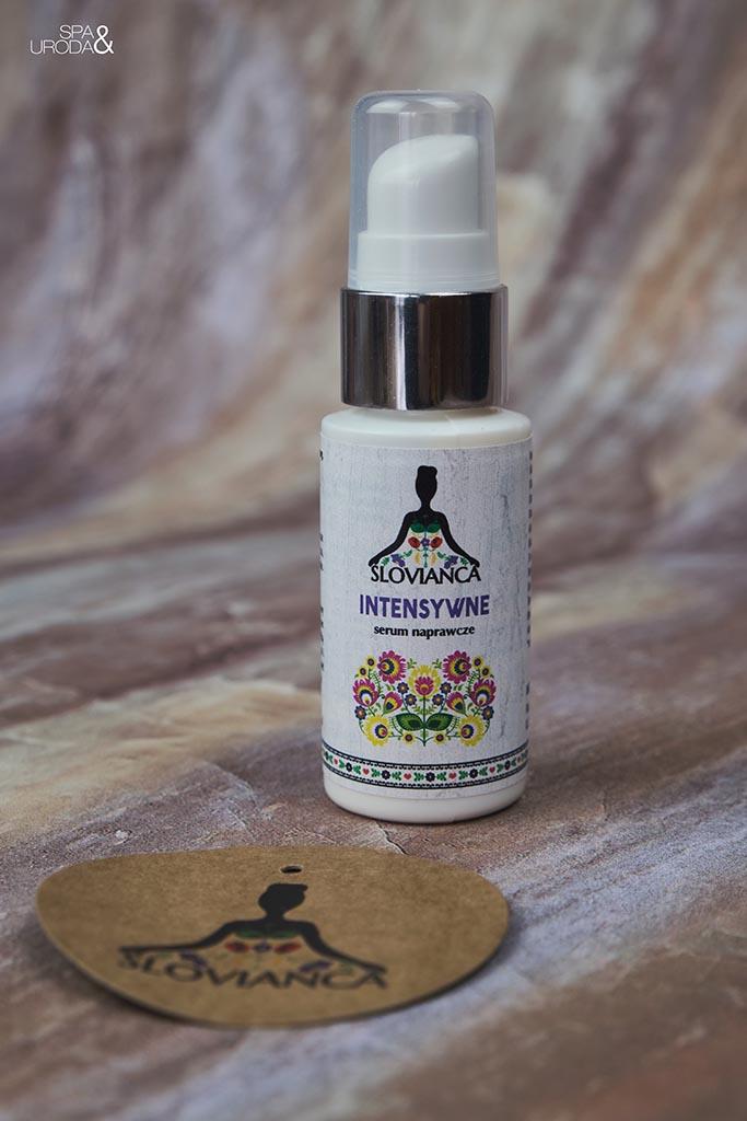 buteleczka serum z leżącym obok okrągłym logo firmy