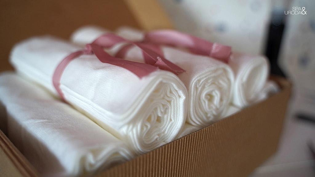 ręczniki ułożone w kartonowym pudełku