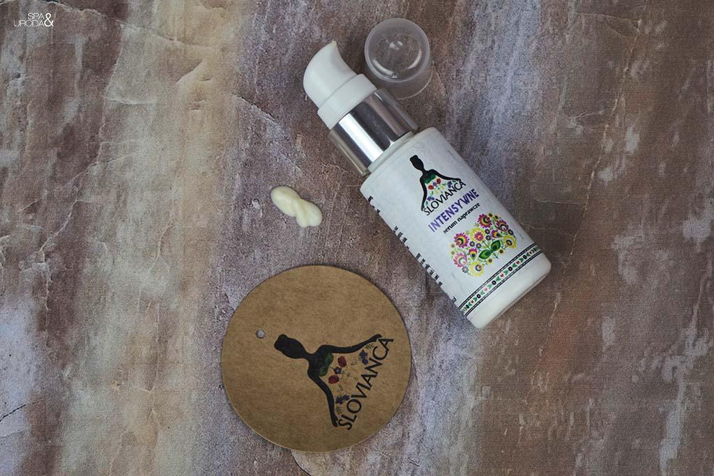serum leżące obok odrobiny kosmetyku i logo firmy