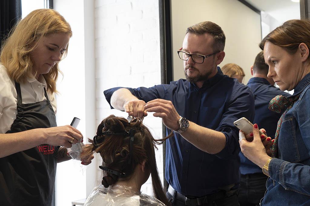 upinanie włosów podczas szkolenia