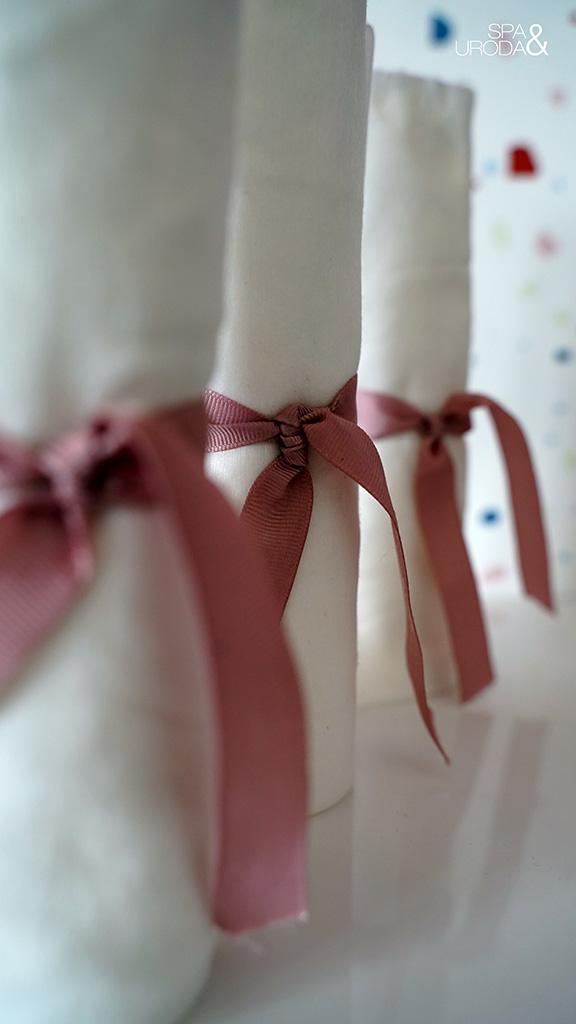zbliżenie na tasiemki na ręczniczkach jednorazowych