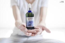 butelka kosmetyku z ozonem na dłoniach