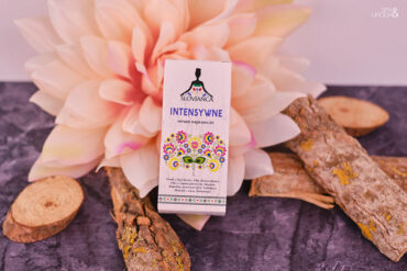 kartonik z serum na kwiatach i drewienkach
