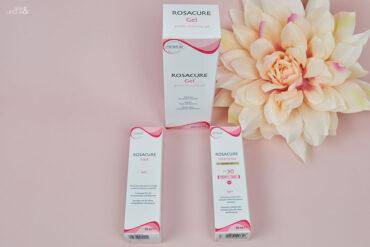 kartoniki z kosmetykami na różowym tle z kwiatem