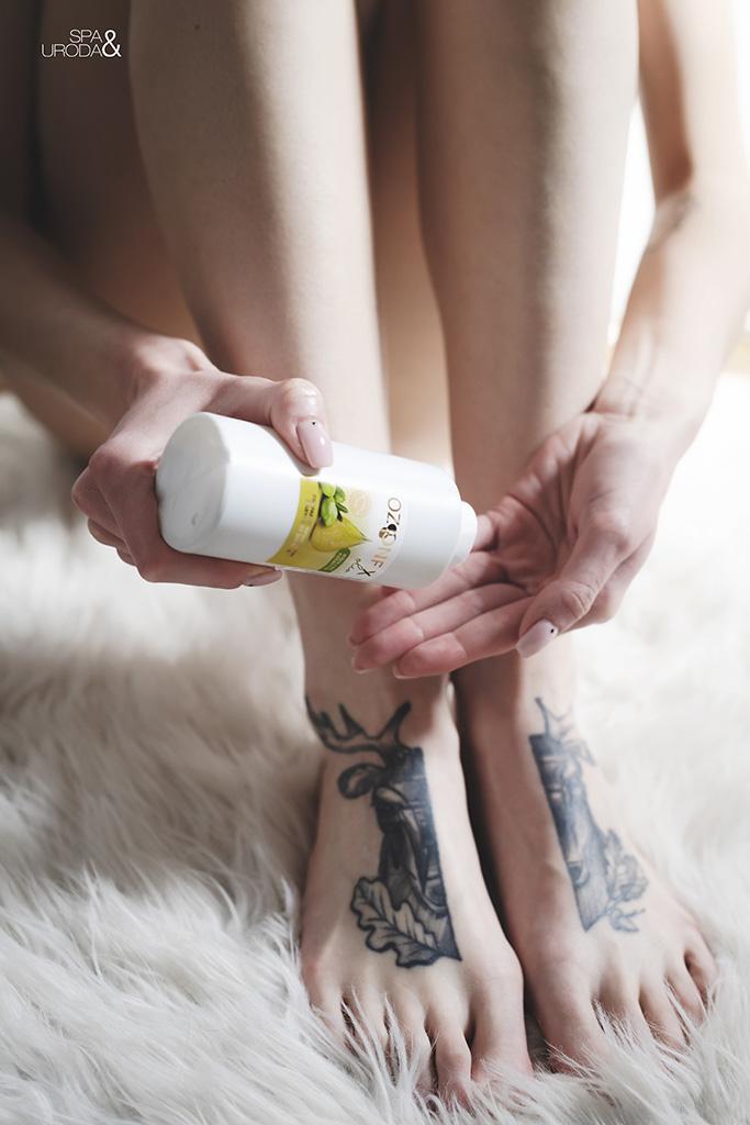 kobieta wylewa kosmetyk na dłoń