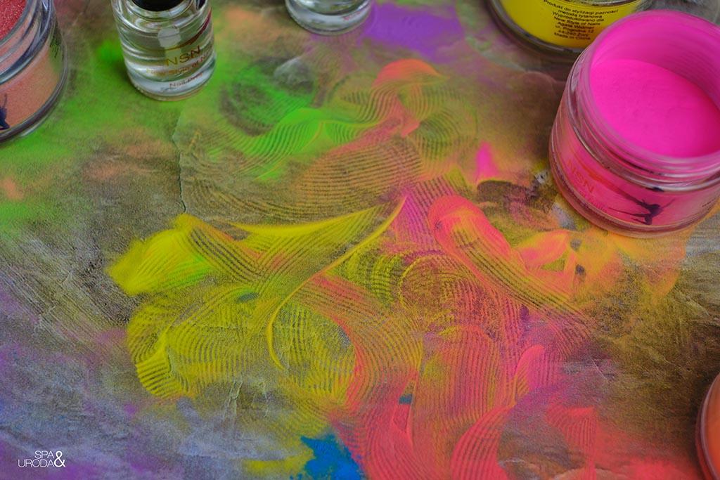 kolorowe pyłki rozsypane na stole