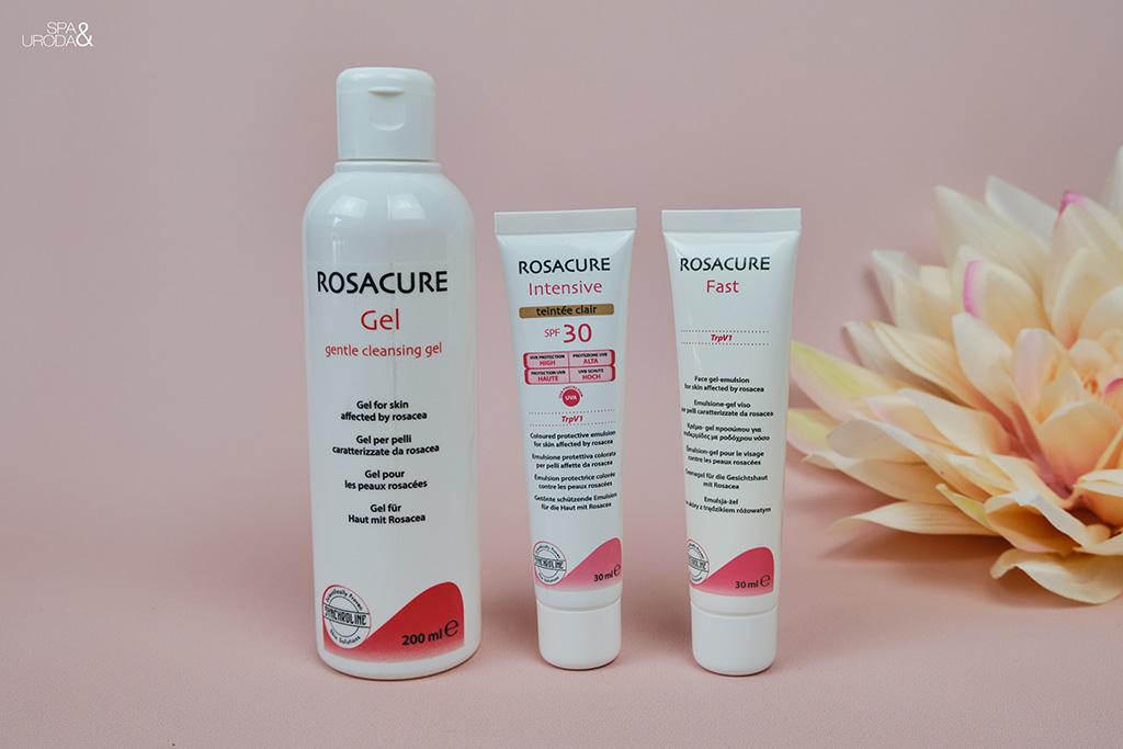 kosmetyki na trądziki różowaty ustawione na różowym tle z kwiatem