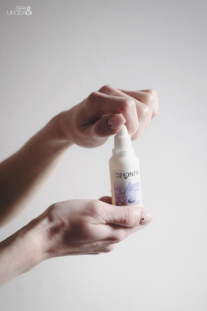 mała butelka kosmetyku w dłoniach