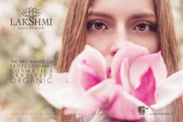 kobieta z kwiatem na reklamie lakshmi